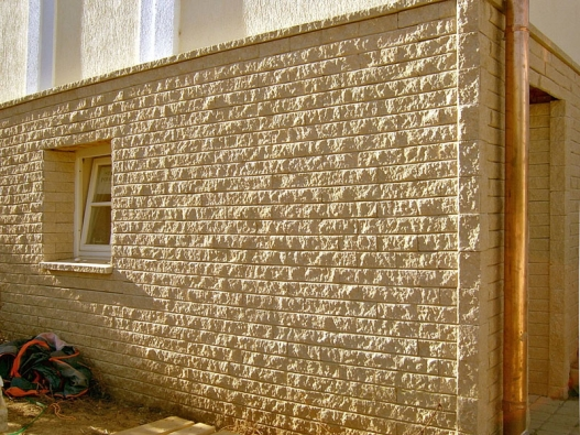 Aktivní ochranná fasáda zumělého kamene pomocí komínového efektu udržuje aozdravuje plášť domu (NOVABRIK).