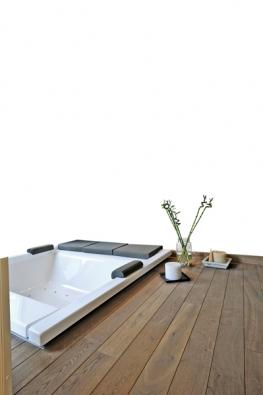 Dřevěná podlaha Deck (Tavar), dřevina teak siam, 80 až 200×9/10/12/14×2,1cm, orientační  cena 7560 Kč/m2, přibližný pohyb cen vzávislosti narozměru od3192 do8803 Kč/m2 (KOZÁK BATH & INTERIOR).