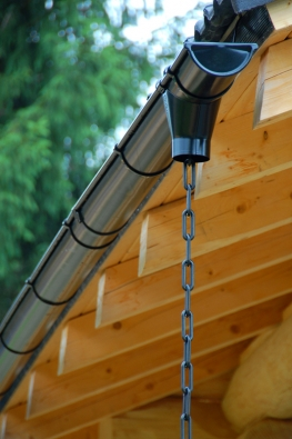 Poměrně efektní iefektivní řešení dešťového svodu pomocí řetězu.