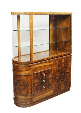 Atypická prostorová vitrína vestylu art deco, Čechy okolo  r. 1930, dýhovaná bohatě prokresleným kavkazským ořechem (GALERIE 22).