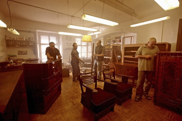 Významnou oblastí, vníž se dřevo tradičně využívá, je výroba nábytku aozdobných čiuměleckých předmětů.