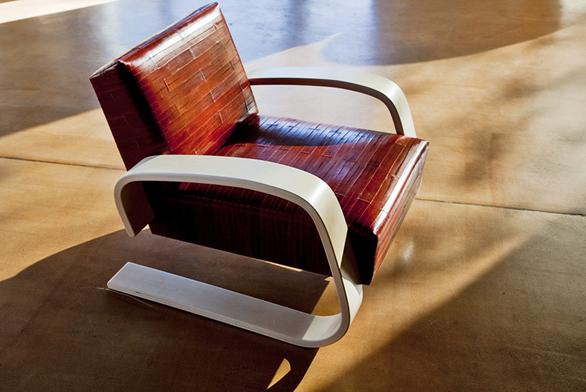 Křeslo, výběrové březové dřevo, čalounění  – kůže, A. Aalto, 1935–1936 (DESIGNOR).