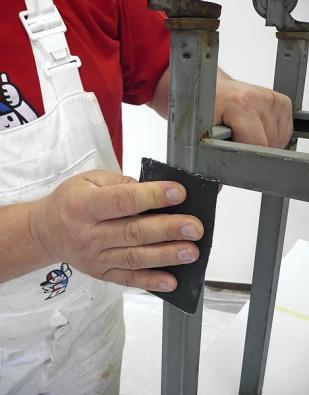 Povrch, který budeme natírat, je nejprve nutné očistit, zbavit zbytků rezu, obrousit dohladka aodmastit např. pomocí technického benzinu.