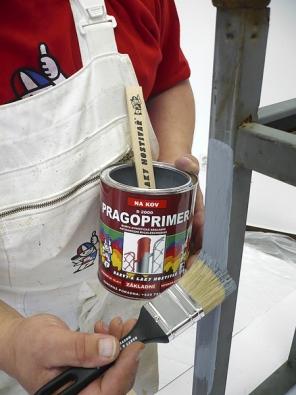 Základní (antikorozní) vrstva barvy má zaúkol chránit kov před reznutím aprodloužit tak životnost materiálu ivrchního nátěru.