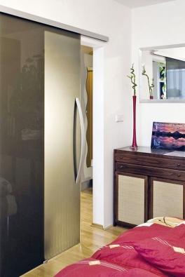 Celoskleněné dveře Stylus rozjasní i malý pokoj, zrcadlo hru se světlem podpoří (VV SKLO).