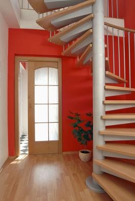 Značnou úsporu místa docílíte nainstalováním točitého schodiště, protože klasické schody by ukrojily příliš velký prostor (J.A.P.).