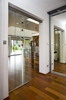 Celoskleněné dveře Stylus v kombinaci svelkým zrcadlem zajistí dostatek světla i v malé předsíni, zejména v kombinaci s chytře zaměřeným bodovým osvětlením (VV SKLO).