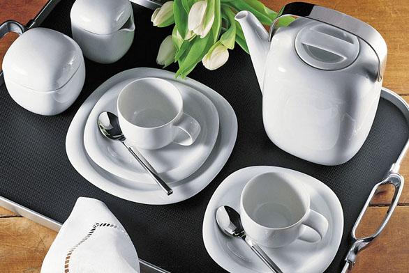 Kávový servis Suomi Rosenthal Studio-Line, design Timo Sarpaneva, cena konvice 2 775 Kč, kávový šálek s podšálkem 865 Kč, cukřenka 1 395 Kč, mlíčenka 1365 Kč (POTTEN & PANNEN – STANĚK).
