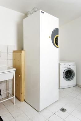 Tepelné čerpadlo Twin (IVT) řeší větrání, vytápění aohřev teplé vody pro nízkoenergetické domy. Jednotka obsahuje tepelné čerpadlo, zásobník teplé vody, elektrokotel, větrací jednotku adalší příslušenství.