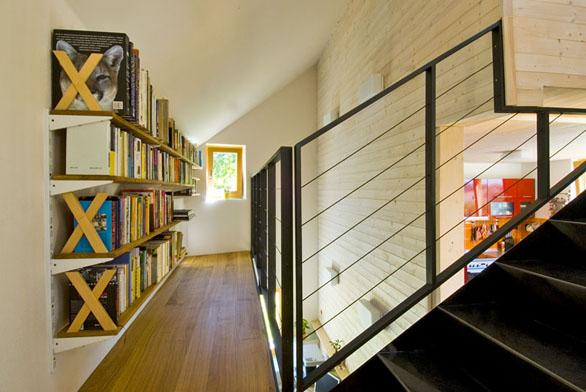 Nahoru astejnou cestou dolů. Varianta schodiště, spojujícího hlavní obytný prostor spůdní vestavbou.