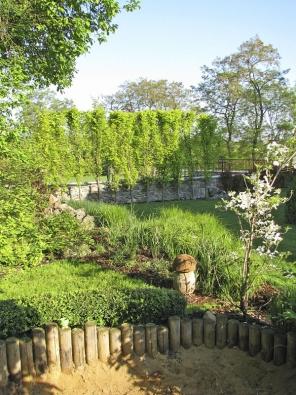 Pohled ksousedům odclonil plot zbuků arozveselil Hříbek.