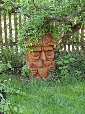 Oblíbenou dřevěnou sochou je iVousáč pod jabloní.