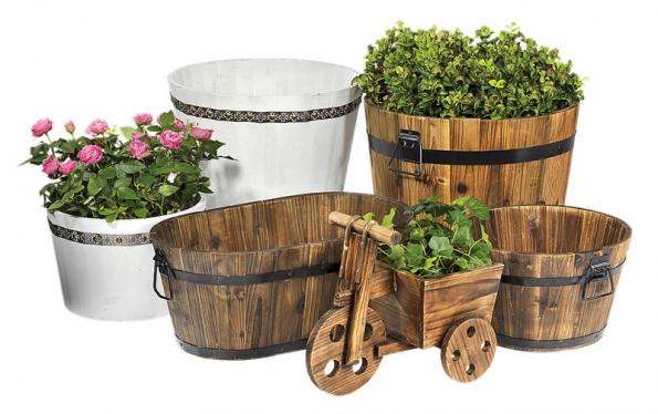 Nádoby na květiny. Jednoduchý porcelán zdobený jemnou bordurou atradiční dřevo nás odkazují na francouzský venkov (JYSK).