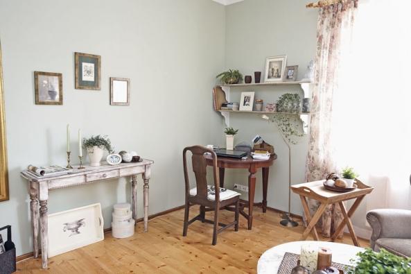 Vyváženě působící dámský pokoj využívá staré inové  nábytkové doplňky aukazuje skvělou práci patinéra iarchitekta.