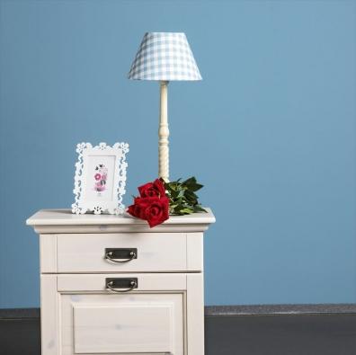 Noční stolek Malta vhistorizujícím stylu, masivní borovice, bílý lak. Cena 3980Kč (JMP – Studio  zdravého spaní).