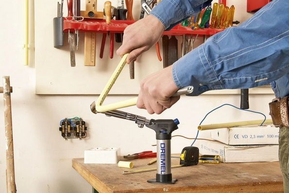 Při pájení kovů se neobejdete bez páječky (zdroje tepla), pájky (pájecí slitiny) atavidla (látky usnadňující spojení materiálů spájkou). Páječku lze použít  i jako zdroj tepla při ohýbání instalačního materiálu.