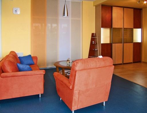 Obývací pokoj lze za pomoci lehkých posuvných panelů oddělit od kuchyňské části.