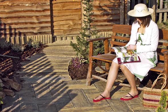 Pro úpravu zahradních cest aodpočinkových zákoutí se používá speciální plošná dlažba.
