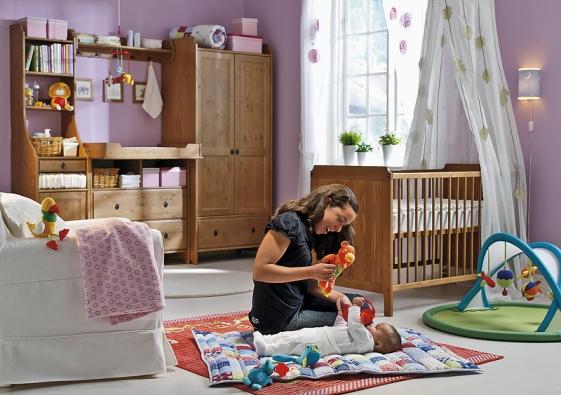 Pro kvalitní spánek je důležitá možnost maximálního zatemnění oken pomocí závěsů, žaluzií či rolet. Série Leksvik (IKEA).