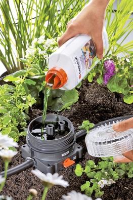 Přimíchávač hnojiva pro kapkovou závlahu je jednoduchý na manipulaci. Cena přimíchávače 450Kč, hnojiva 340Kč (GARDENA).