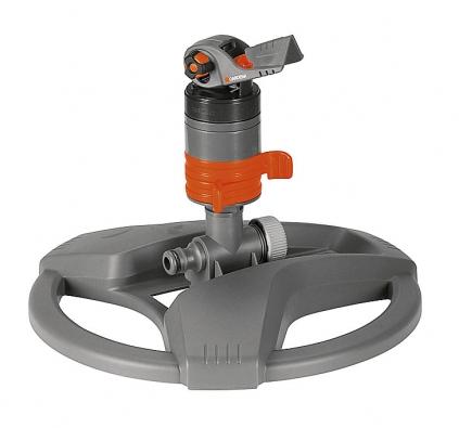 Turbínový zadešťovač zajistí vláhu na několika místech zároveň. Pro plochu 175 až 450 m². Cena 790Kč (GARDENA).