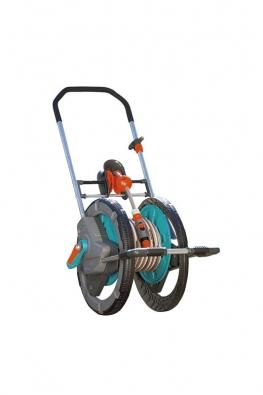 Vozík na hadici easyRoll Comfort sklikou pro pohodlné navíjení hadice (max. 50 m). Cena 2190Kč (GARDENA).