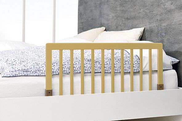 Pomůcka pro období, kdy si dítě zvyká na spaní ve větší posteli, ho chrání před pádem zlůžka. Cena 1649Kč (BABY DAN).