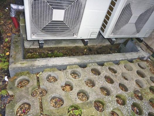 Venkovní jednotky tepelného čerpadla LGTherma V16 stojí na betonových soklech,  dole jsou jímky na případný kondenzát.