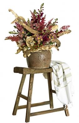 Krobustní váze patří silné kusy šeříkového dřeva. Bytelný základ zjemňují dvoubarevné květy chryzantém, hledík, třezalka sbarevnými plody, exotická grevilea arozčepýřená květenství čechravy.