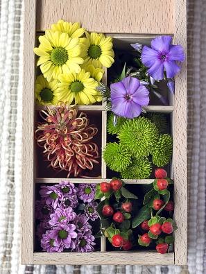 Drobné květy posaďte třeba do krabičky. Hodí se různé druhy chryzantém, plamenka, grevilea atřezalka sbarevnými plody. Vznikne hezká ozdoba, případně roztomilý dárek.