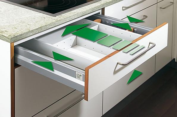 Zásuvky NovaPro splným výsuvem, zatahovací automatikou atlumiči AirMatic se dají seřídit vněkolika rovinách (GRASS).