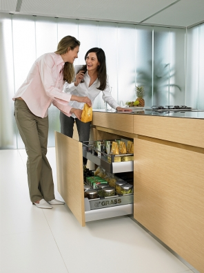 Ktéměř neomezenému, rychlému aergonomickému přístupu kpotravinám, nádobí apomůckám nečekaně přispěli výrobci nábytkového kování.