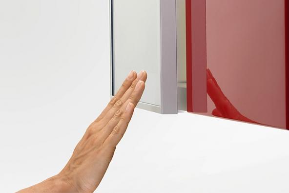 Bezúchytová dvířka se závěsy Tipmatic® se pootevřou dotykem prstu (TILIA INT.).