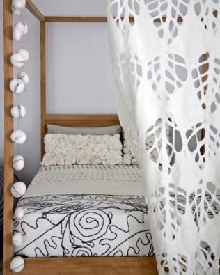 """Designér Ronel Jourdaan navrhl pro textilní studio Arts Interior originální kolekci polštářků, dek, dekorací azávěsů zrežné přírodní vlny Merino. Hrubé zpracování ilustruje představu nového trendu """"Wilderness""""."""