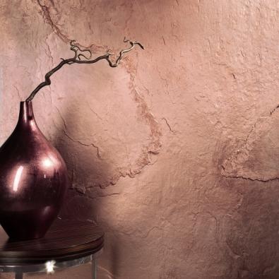 Novým trendem voblasti tapet je dokonalá imitace přírodních materiálů ajejich přirozených struktur, například mědi. Ukázka je zexpozice firmy Arch Paper.