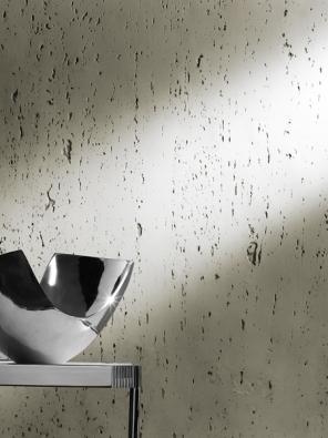 Novým trendem voblasti tapet je dokonalá imitace přírodních materiálů ajejich přirozených struktur, například kamene. Ukázka je zexpozice firmy Arch Paper.