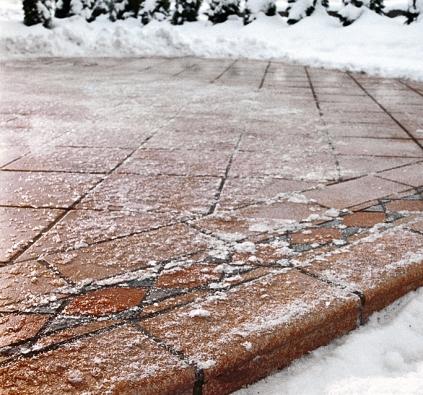 Slunce či mráz dokáží své. Pohled na promrzlou dlažbu terasy (SCHÖNOX).