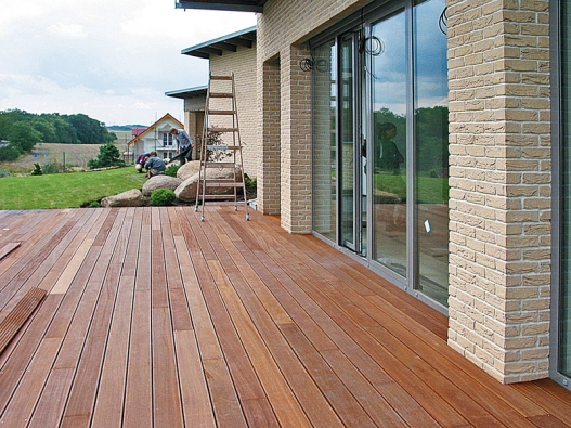 Dřevěné terasy jsou nejpřírodnějším spojením mezi domem azahradou – rozšiřují váš obytný prostor až do zeleně (AU-MEX).