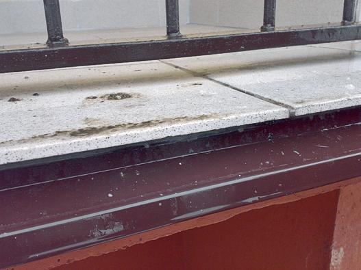 Detail oplechování balkonu vpanelovém domě po rekonstrukci (WEBER TERRANOVA).