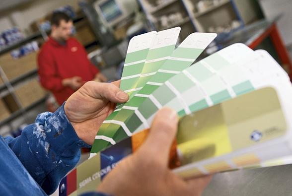 Vobchodech sbarvami najdete různé pomůcky pro správné sladění barev vinteriéru.