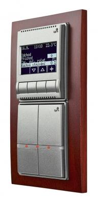 Snímač Ego-n® sLCD, se snímačem Ego-n® pro ovládání až 16 nezávislých prvků elektroinstalace, má čtyři časové programy asnímač teploty. Jediným snímačem můžete ovládat osvětlení, rolety ižaluzie najednou nebo měnit světelné scény pro čtení, sledování televize či práci (ABB, Elektro-Praga).