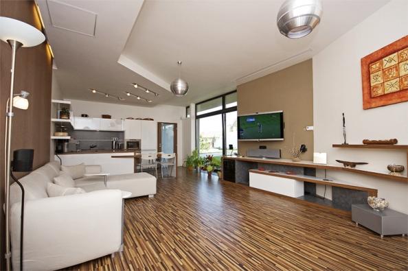 Obývací pokoj vCentru inovací pro technologie inteligentního bydlení (CITIB), které bylo vybudováno vPraze apro region střední avýchodní Evropy slouží jako místo pro prezentace nejnovějších technologií (CITIB).