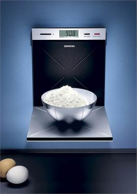 Sklopná nástěnná váha MW 911 vdesignu Porsche zkartáčovaného aluminia váží do 2kg, funkce tara, integrované hodiny aminutka, cena 4990Kč (Siemens).