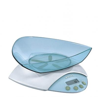 Rozměrem malá kuchyňská váha Scale Control 2000 svážením do 2kg aprůhlednou mísou, sloužící mimo vážení jako ochranný kryt, na 4 AA články, cena 1238Kč (Krups).