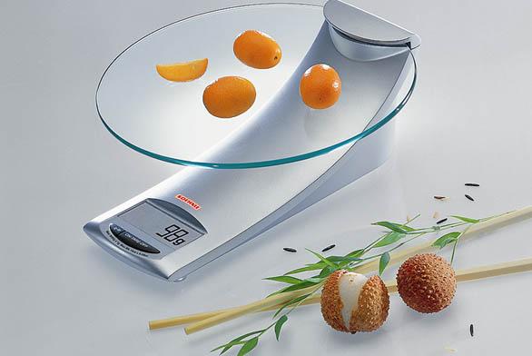 Designově skvostná váha 65055 do 5kg sLCD displejem vnožce askleněným talířem, cena 580Kč (Soehnle).