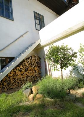 Schůdky ze zahrady na terasu. Sakuře se daří na chráněném stanovišti udomu.