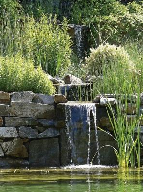 Velké terénní převýšení umožňuje vytvořit nepřehlédnutelnou vodní kaskádu.