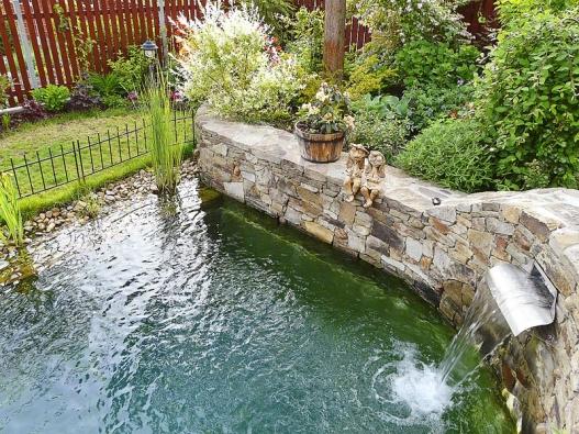 Pro malou zahradu je ideálním řešením formálně tvarovaná vodní plocha. Ita poskytne dostatek prostoru pro letní radovánky. Plot kolem bazénku je důležitým bezpečnostním opatřením do doby, než děti vyrostou.