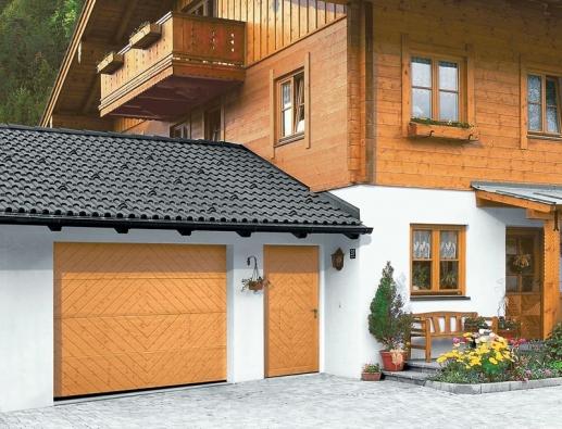 Pro maximální vyladění fasády domu mohou mít vrata stejný dekor jako vedlejší dveře (HÖRMANN).