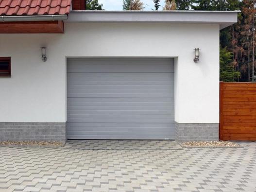Výsuvná sekční garážová vrata mají ocelové sendvičová sekce spřerušeným tepelným mostem aceloobvodovým elastickým pryžovým těsněním, které zaručuje vynikající tepelněizolační vlastnosti vrat. Vrata mají odolná nylonová ložisková kolečka aboční těsnění pro dokonalou těsnost (TRIDO).